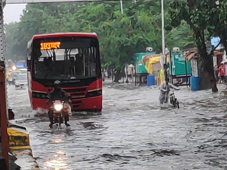 Heavy rains continue to lash Mumbai and adjoining areas